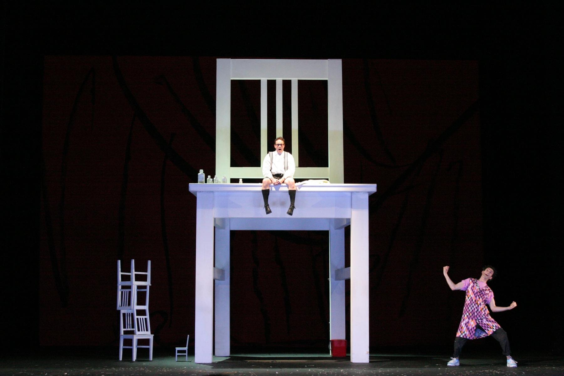 Staatstheater Nürnberg: Die Liebe zu den 3 Orangen /Oper von Sergej Prokofjew/ Premiere 13.5.2006Szenenfoto: Prinz/  Christopher Lincoln – Truffaldino, ein Spaßmacher/ Sibrand Basa