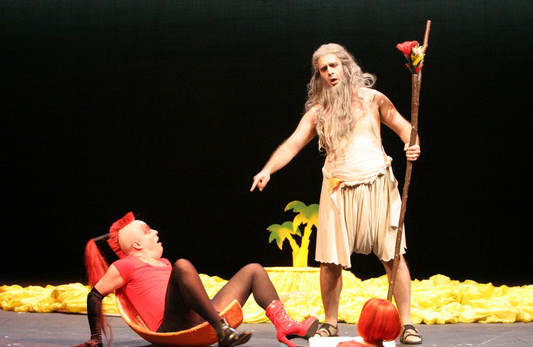 Staatstheater Nürnberg: Die Liebe zu den 3 Orangen /Oper von Sergej Prokofjew/ Premiere 13.5.2006Szenenfoto: Farfarello, ein Teufel/ Wieland Satter – Souffleuse/ Brigitte Tretter – Tschelio, ein Zauberer/ Kurt Schober