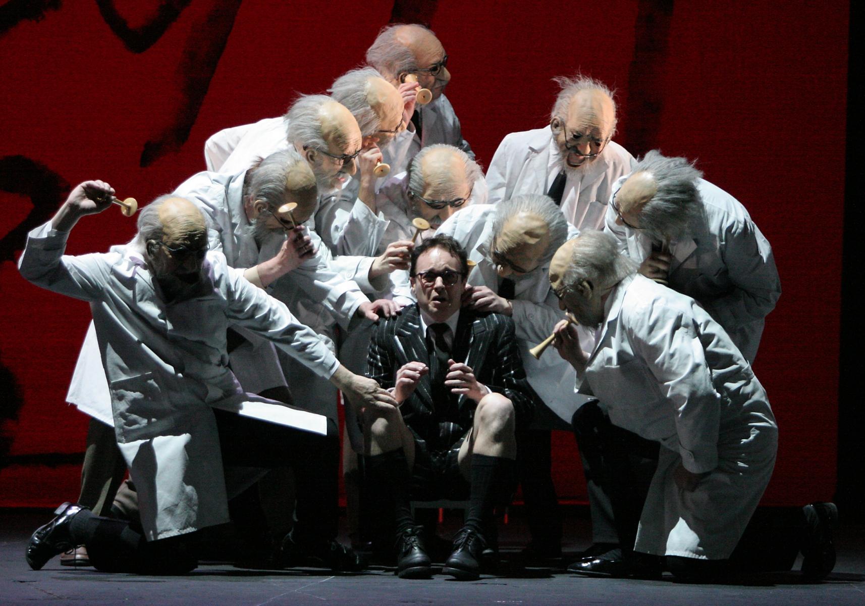 Staatstheater Nürnberg: Die Liebe zu den 3 Orangen /Oper von Sergej Prokofjew/ Premiere 13.5.2006Szenenfoto:Der Prinz/  Christopher Lincoln – Chor des Staatstheaters